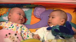 Twin babies talking to each other. 2 months and a half. 2ヶ月半の双子、お互いに話し始めました。