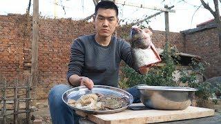【食味阿远】27块钱买个鱼头,阿远做鱼头海鲜汤,放俩螃蟹炖30分钟,闻着香   Shi Wei A Yuan