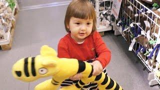Магазин IKEA Вибираємо м'які іграшки в Ікеа з Аріною
