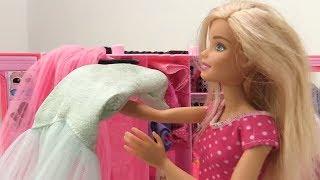 Видео для девочек - Барби упала со стула. Игры для девочек с куклами
