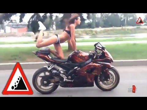 Бездорожье. Девушка в бикини на мотоцикле. Красивая девушка красиво едет