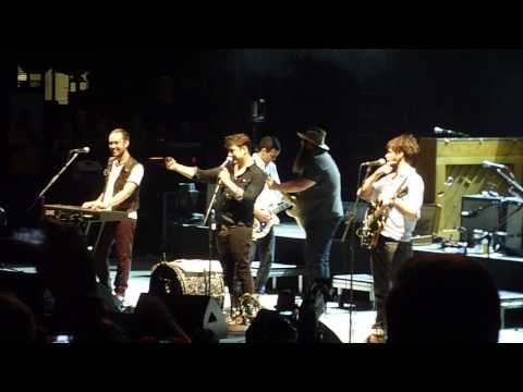 Mumford & Sons pulls up audience member to sing Sweet Home Alabama