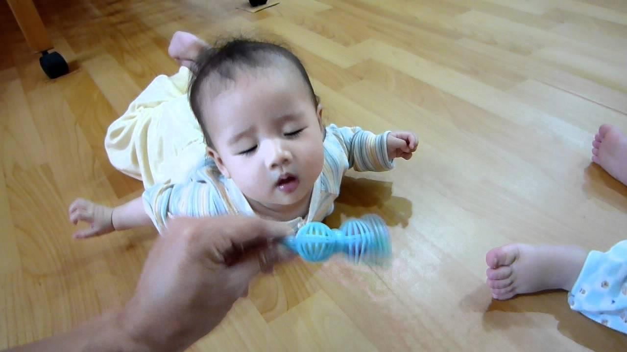 感覺動作期 物體恆存5個月及1歲半的反應 - YouTube