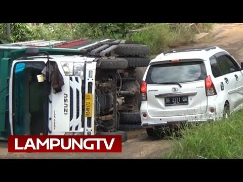 Truk Terguling di Jalan Berlubang Lampung Utara