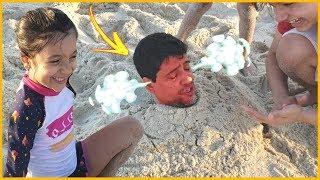 ANNY BRINCA DE ENTERRAR O PAPAI NA AREIA DA PRAIA / Anny Pranks -  A Fun Day on the Beach!