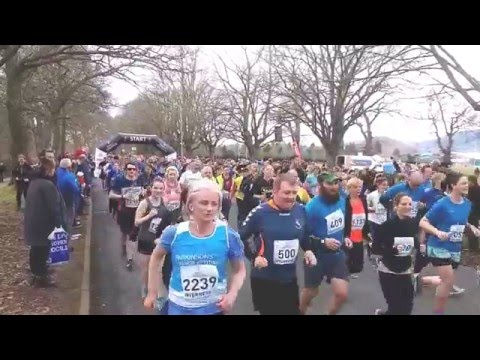 2016 Inverness Half Marathon - start showing pipe band and all runners