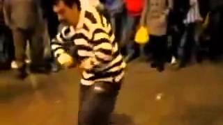 Забавный танец пьяного мужчин