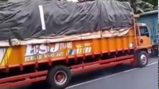 Lucu apa Nekat,,, truk terbalik gara gara skil supir kurang