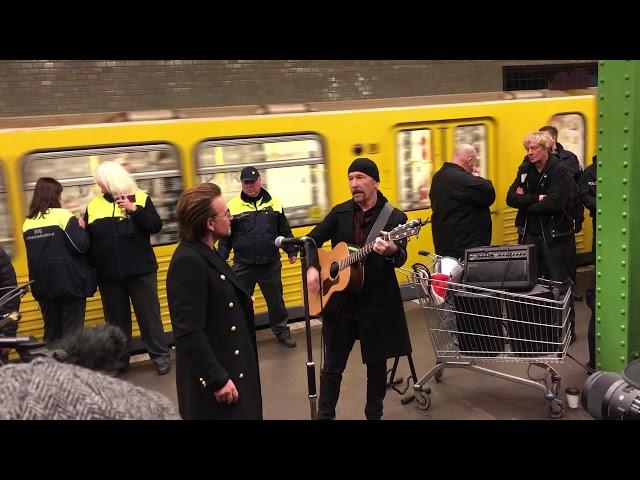 U2 toca en el metro de Berlín