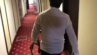Юсуп Омаров разгуливает с автоматом по гостинице