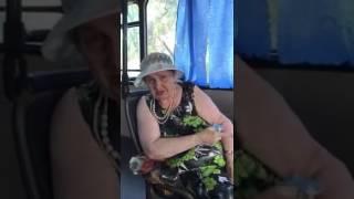 В 11-м автобусе из-за резвого водителя упала женщина