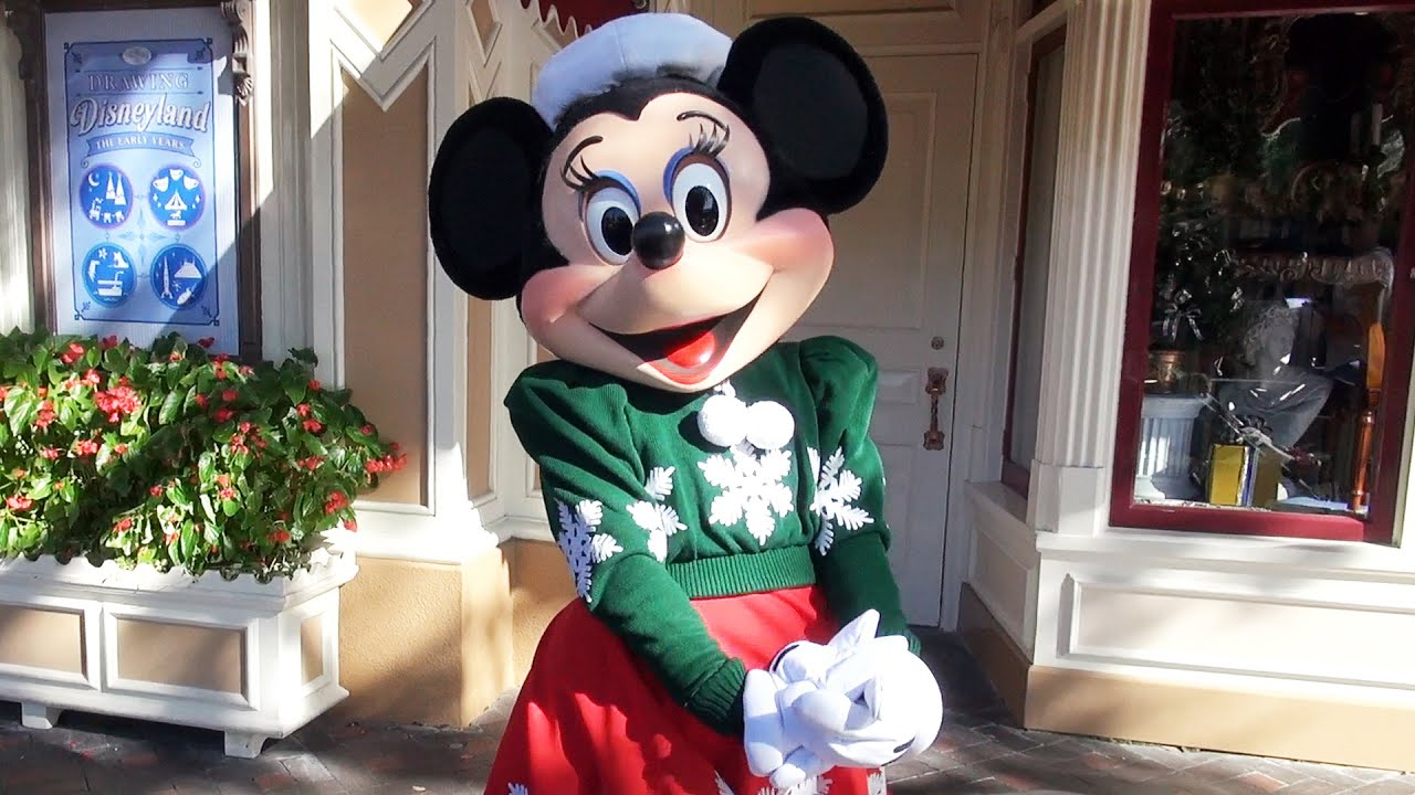 Christmas Minnie Mouse Disneyland.Minnie Mouse Greets Us In Her Christmas Holiday Outfit At Disneyland