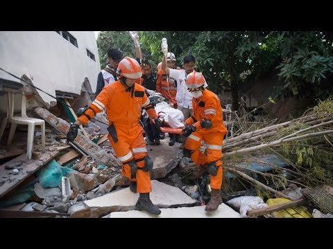 Rescuers rush to save victims trapped by deadly Indonesia qu