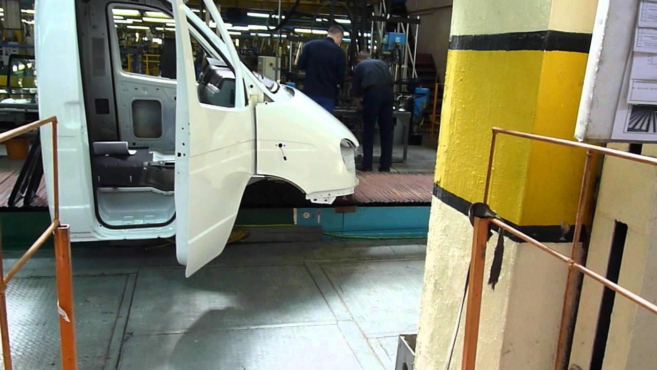 Наклейка лобового стекла на заводе ГАЗ.