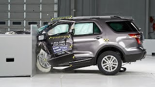 2014 Ford Explorer driver-side small overlap IIHS crash test
