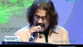Ilayaraja Nite: Hariharan sings  'Ennai thalatta varuvala....'