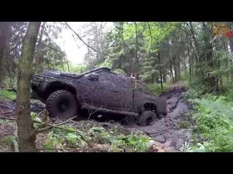 Nissan PickUp месит грязь в овраге!