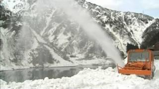 トロッコ列車の除雪作業始まる 富山・黒部峡谷(11/04/03)