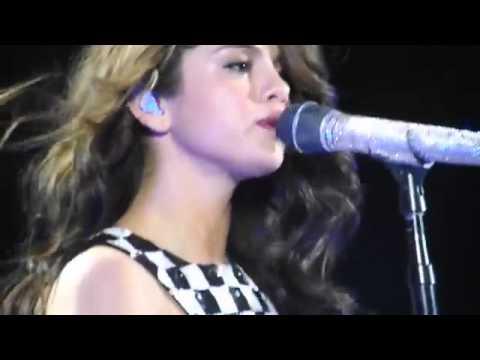 Selena Gomez llorando Mientras Cantaba ''Love will Rememer''