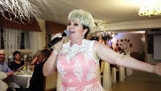 Мама поёт сыну на свадьбе