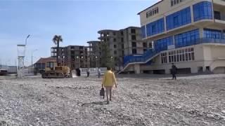 """Пляж """"Багратион"""" готовят к сезону, 2 мая 2019. Трактор отдыхает, люди загорают, Лазаревское"""