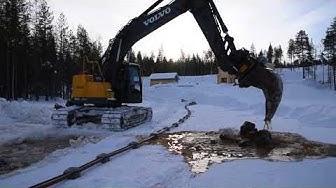 Vesijohtojen asennusta järveen talvella