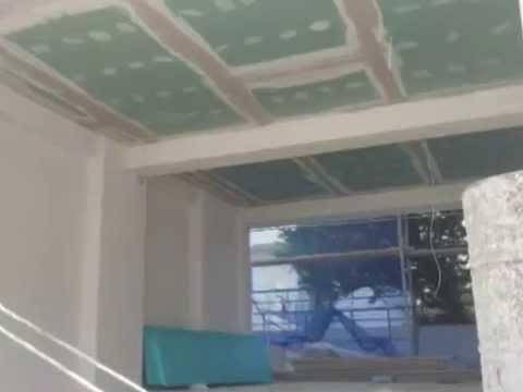 Εγκατάσταση άνθυγρης γυψοσανίδας στην οροφή της πυλωτής σπιτιού στην Πεύκη .