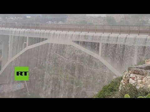 Puente se convierte en una catarata por las intensas lluvias en Italia
