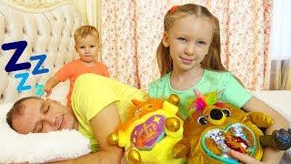 Лиза, Миша и папа играют