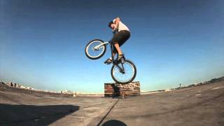 Паркур в стиле фриран на велосипеде на грани смерти(Точное название уличным прыжкам и прохождением с препятствием в основном в черте города называется паркур,..., 2015-09-29T07:16:51.000Z)
