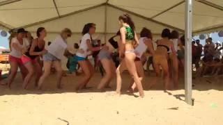 Бородач танцует тверк