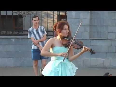 Девушка круто играет на скрипке