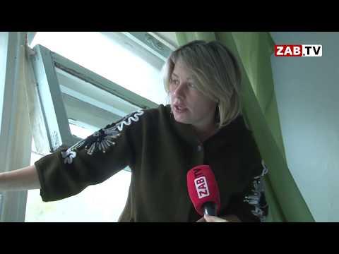 Работник детского сада в Чите выпала из окна, которое утепляла