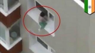 Малыш гуляет по карнизу верхнего окна многоэтажки