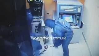 Взрыв, взлом банкомата.  Топ ограбления банкоматов.(http://dveri.com.ua/ Видео взято из интернета. На видео видно как воры взламывают банкоматы болгарками, ломами, как..., 2016-08-10T11:35:13.000Z)
