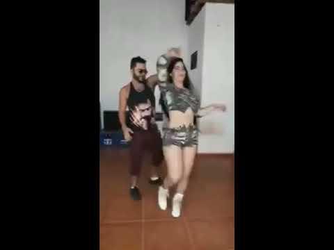 Casal Dançando Forró com Bonde Sertanejo Ela não larga eu