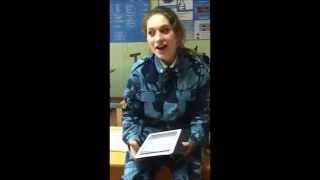 Une jeune fille des cadets russes chante