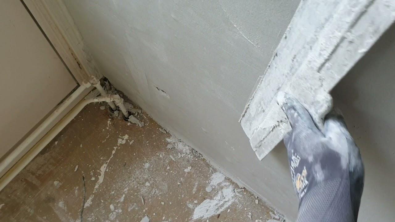muur stucadoren met knauf geelband