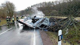 Rettungswagen explodiert während Einsatzfahrt - schwerer Unfall