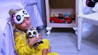 Niños y Papá encontraron regalos para Halloween e historias Divertidas en noche