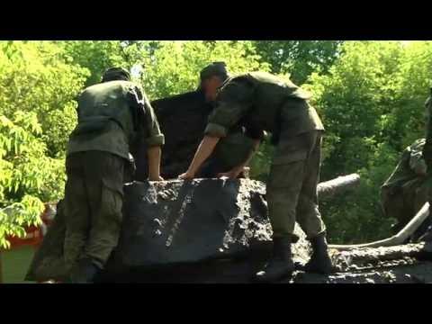 Спецтягач БРЭМ тянет танк Т-34 из реки ДОН