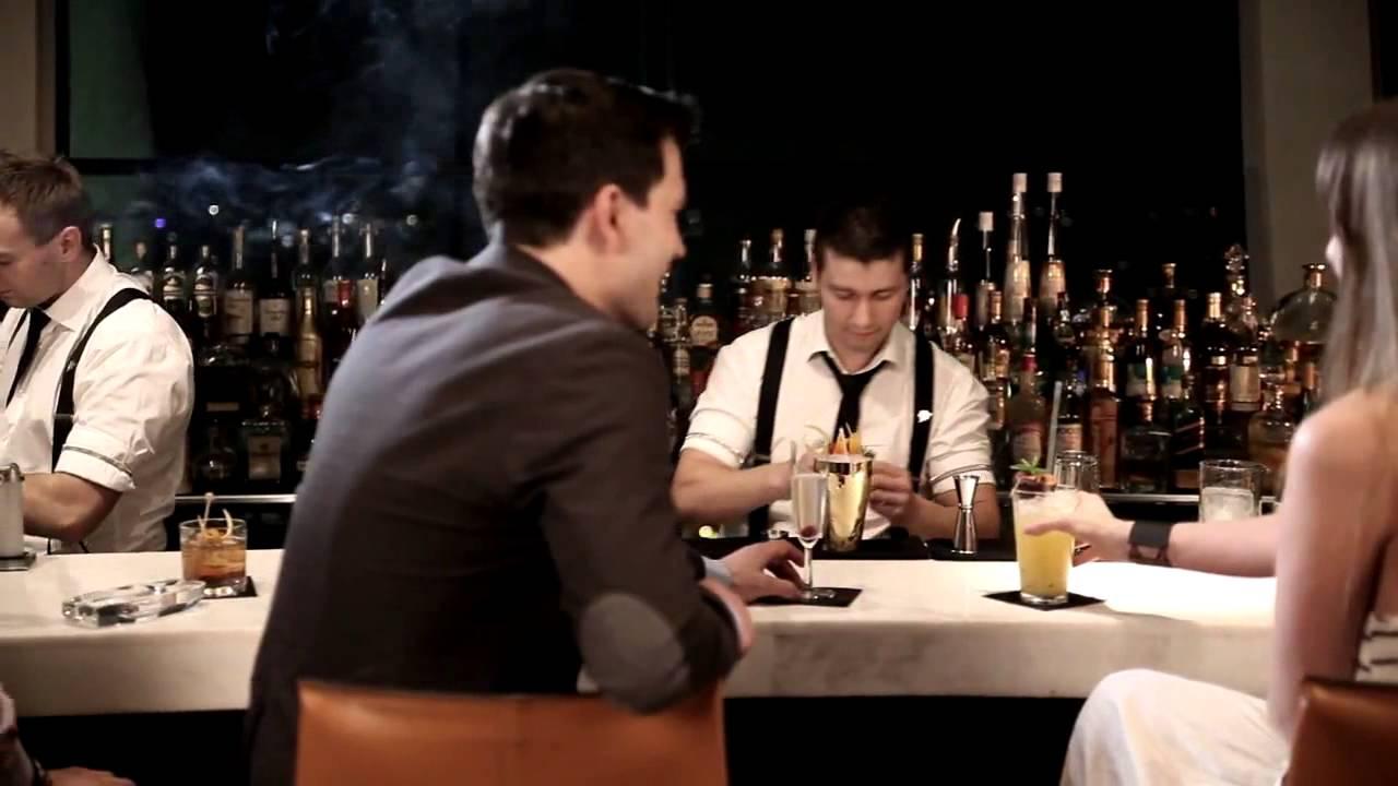 Шейкер для коктейлей в руках бармена Nicolas Jean на www .