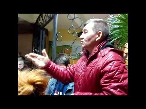 Жители Волоколамска внимательно слушают активиста-патриота