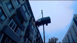 'Бийчанин поднял грузовую газель на 4-й этаж жилого дома' (Будни, 13.09.17г., Бийское телевидение)