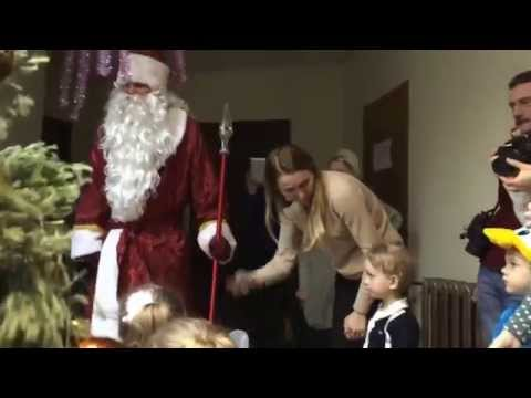 Дед Мороз и Снегурочка играют с детьми в разные интересные игры!