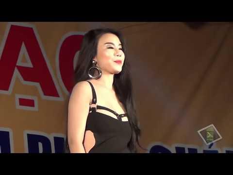Linh Miu lộ hàng khi đang hát
