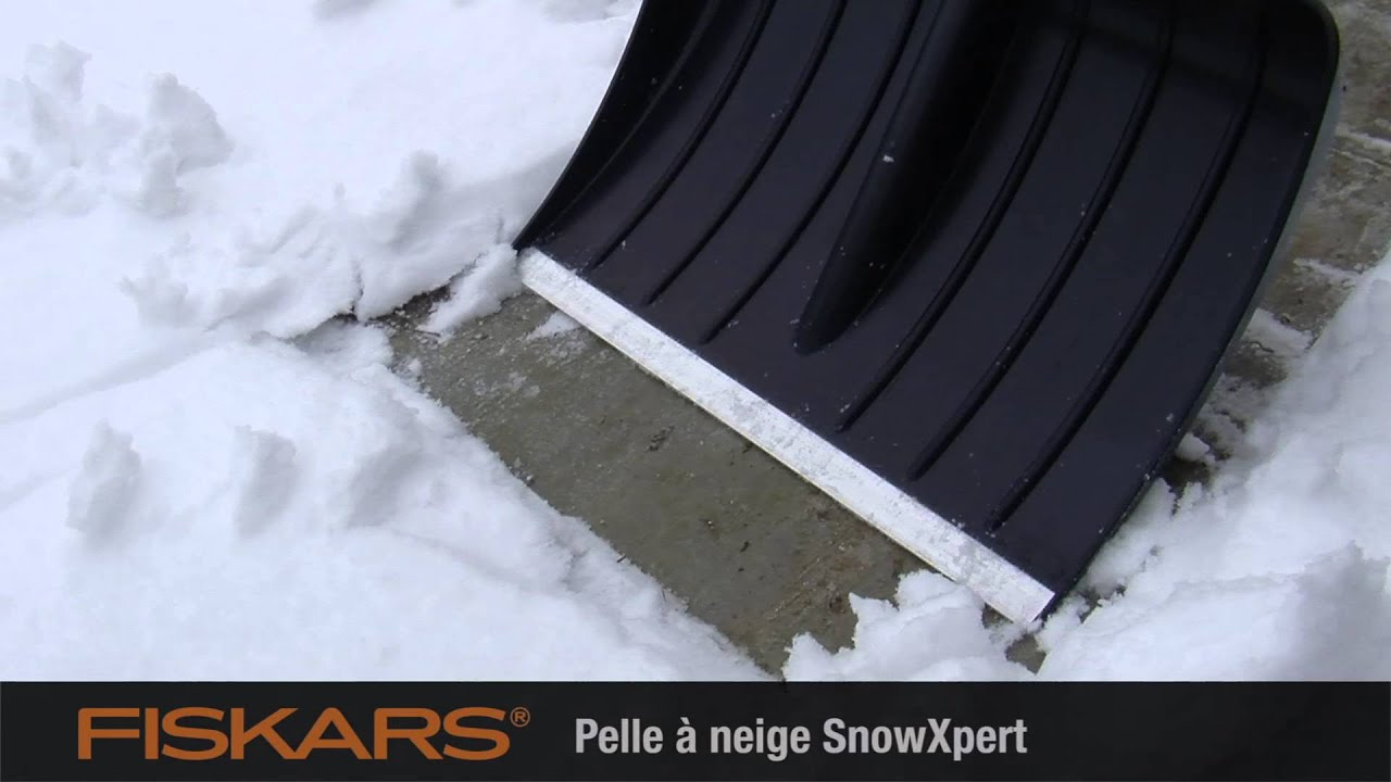 vid o fiskars outils de d neigement snowxpert pelle. Black Bedroom Furniture Sets. Home Design Ideas