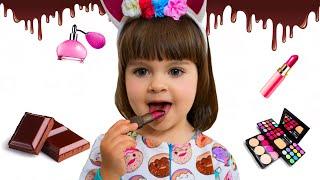 Арина играет в съедобное как шоколад и настоящее вредные сладости