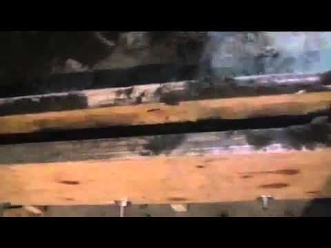 Cмотреть видео онлайн Изготовление столбов забора путём прессования бетона