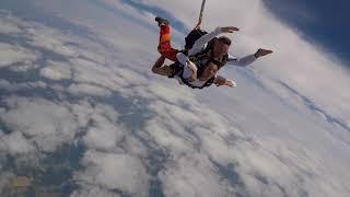 On a testé pour vous : le saut en parachute à Lasclaveries